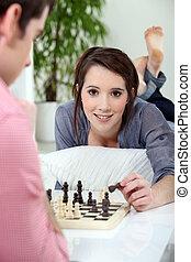 mulher jovem, xadrez jogando
