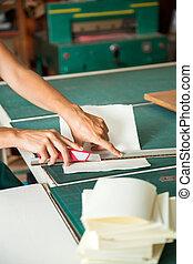 mulher, lâmina, corte, papel, mãos, usando, tabela