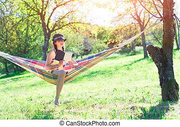 mulher, lê, sentando, ligado, um, rede