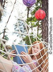 mulher lê um livro, ligado, um, rede