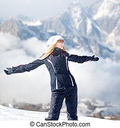 mulher, lado montanha, inverno, sportswear, ficar