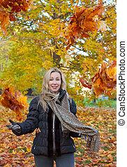 mulher, lances, cima, folhas, maple, parque, vermelho, outono, bonito