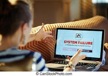 mulher, laptop, modernos, olhar, computador, erro, tela, zangado
