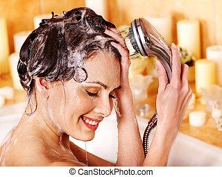 mulher, lavagens, dela, cabeça, em, bathroom.