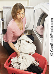 mulher, lavanderia, infeliz