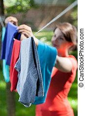 mulher, lavanderia, jardim, penduradas, linha, roupas