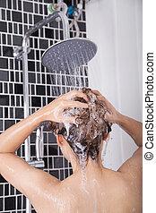 mulher, lavando, cabeça, cabelo, chuva, chuveiro, por, shampoo, vista traseira