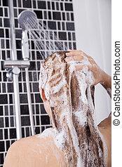 mulher, lavando, cabeça, cabelo, em, a, chuveiro, por, shampoo, vista traseira