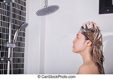 mulher, lavando, cabeça, cabelo, por, shampoo