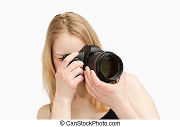 mulher, levando, câmera, fotografia, reflexo, single-lens