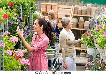 mulher, levando, planta potted, em, centro jardim