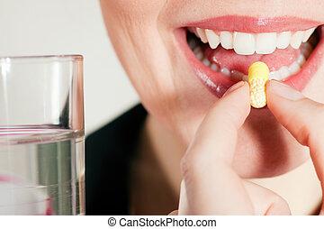 mulher, levando, um, pílula