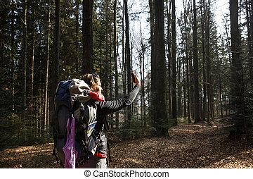 mulher, levando, um, selfie, ligado, um, caminhada, através, a, madeiras