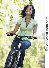 mulher, ligado, bicicleta, sorrindo