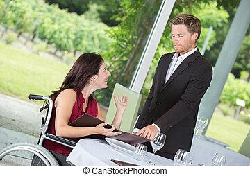 mulher, ligado, cadeira rodas, chamadas, cima, a, garçom, em, a, restaurante