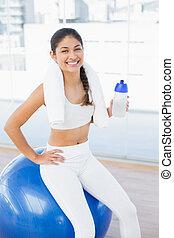 mulher, ligado, exercite-se bola, com, garrafa água, em, condicão física, estúdio
