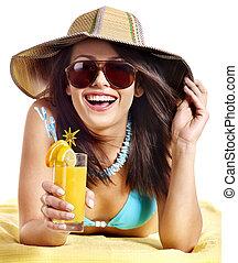mulher, ligado, praia, bebendo, cocktail.