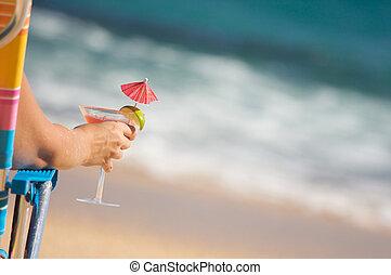 mulher, ligado, praia, com, bebida tropical