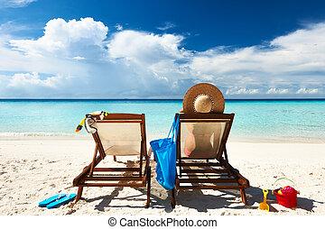 mulher, ligado, um, praia tropical, em, lounge chaise