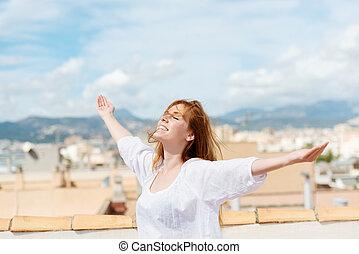 mulher, ligado, um, telhado, abraçar, a, sol