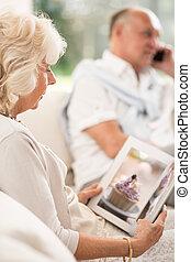 mulher, livro, aposentado, leitura