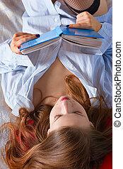 mulher, livro, cama, jovem, leitura, lar, bonito