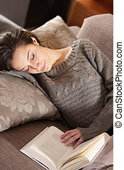 mulher, livro, mentindo, sofá