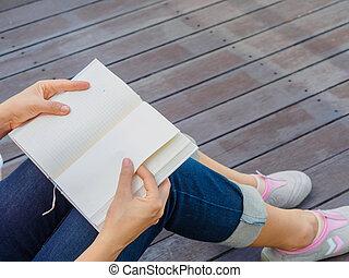 mulher, livro, sentando