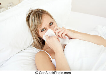 mulher, loura, dela, cama, soprando, doente, mentindo