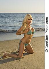 mulher, loura, dela, peitos, segurando, praia