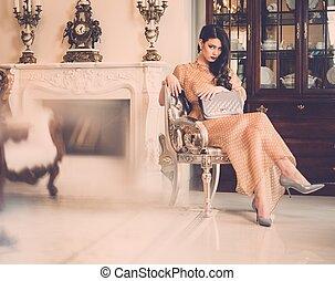 mulher, luxo, casa, lareira, interior