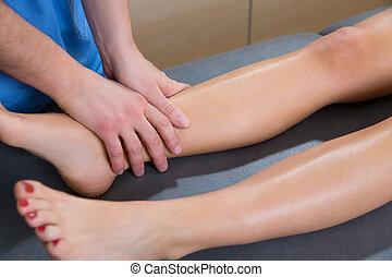 mulher, lymphatic, perna, drenagem, terapeuta, mãos,...