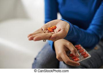 mulher, mão, asiático, segurando, medicina, pílulas