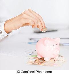 mulher, mão, pôr, piggy, pequeno, banco moeda