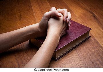 mulher, mãos, orando, com, um, bíblia