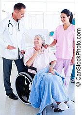 mulher, médico, sênior, equipe, sorrindo, cuidando