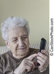 mulher, móvel, dialling, telefone, alguém, sênior