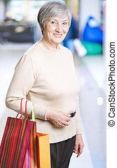 mulher madura, com, bolsas para compras