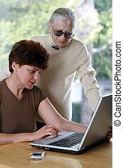 mulher madura, com, dela, mãe, usando computador portátil, computador
