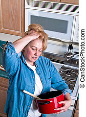 mulher madura, em, cozinha