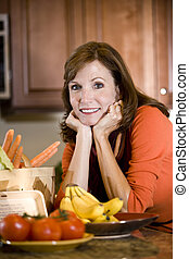 mulher madura, em, cozinha, com, fresco, ingredientes