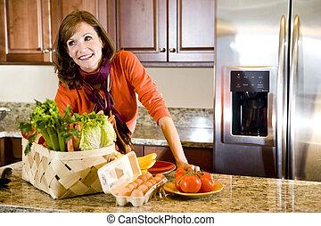 mulher madura, em, cozinha, com, produto fresco