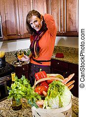 mulher madura, em, cozinha, com, vidro vinho branco