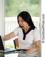 mulher madura, expressar, extremo, raiva, enquanto, olhar, dela, compu
