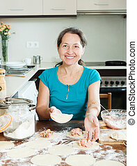 mulher madura, fazer, dumplings, de, carne