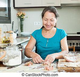 mulher madura, fazer, dumplings