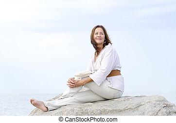 mulher madura, feliz, relaxado, ao ar livre, isolado