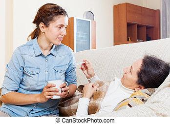 mulher madura, medindo, temperatura, com, termômetro
