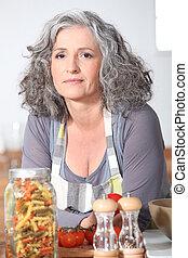 mulher madura, posar, em, cozinha