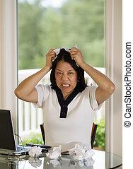mulher madura, rasgando, trabalho, papeis, em, raiva